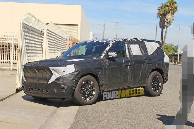 2021-jeep-grand-cherokee-spied-front-quarter-01.jpg