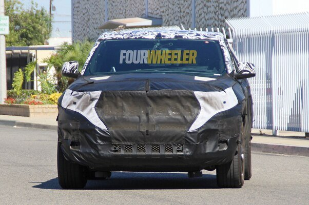 2021-jeep-grand-cherokee-spied-front-quarter-02.jpg